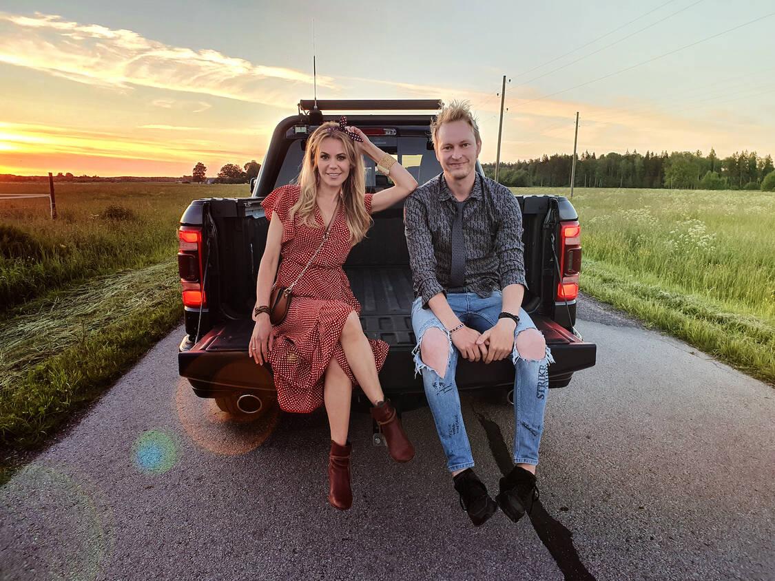 """Gatis Mūrnieks un Jenny May izdod jaunu vasaras hitu """"Tikai sirds"""" (video)"""